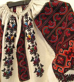 #Ukrainian #style #Ukrainian embroidery. Українська вишивка. Polish Embroidery, Folk Embroidery, Folk Fashion, Ethnic Fashion, Bohemian Costume, Proper Attire, Ukrainian Dress, Fashion Details, Fashion Trends