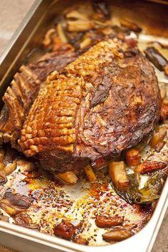 Irresistible – a crispy caraway roast – Foods Radish Recipes, Pork Recipes, Crockpot Recipes, Cooking Recipes, Healthy Recipes, Austrian Cuisine, Bacon Dishes, Austrian Recipes, Pork Roast