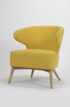 Deze Curvo zetel heeft een vriendelijke uitstraling. De rondvormige rugleuning met armleuningen en de dikke zitting dragen bij aan het hoge zitcomfort. De Rock-stof is een warme en slijtvaste stof en dit in combinatie met de massief eiken poten.