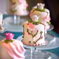 Mini flowered cake #eatwithjoelle #foodart #chefstalk #dessert #patisserie
