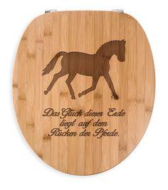 WC Sitz Dressurpferd aus Bambus  Coffee - Das Original von Mr. & Mrs. Panda.  Ein wunderschöner WC Sitz aus naturbelassenem Bambus Coffee mit unsere speziellen und liebvollen Mr. & Mrs. Panda Gravur    Über unser Motiv Dressurpferd  Jedes Mädchen liebt Pferde und träumt von Ferien auf dem Reiterhof. Ponys und Pferde sind wundervolle Tiere.  Unser Dressurpferd ist nicht für professionelle Reiter oder Reiterstübchen, sondern auch für Pferdeliebhaber und Fans.     Verwendete Materialien  Bambus…