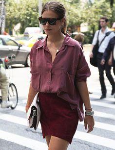 Korte rok (iets langer dan deze), met mooie zijden blouse, ton sur ton