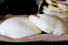 COMO FAZER E COZA PITA 22 de janeiro de 2013 38 Comentários   Pão pita . Delicioso e tão fácil de usar com tudo, desde sanduíches para chips pita para mergulho pão. Eu recebi alguns pedidos para postar uma receita para estes e ninguém faz melhor do que o meu pai. E então eu esperei até que eu estava visitando para disparar o processo em detalhe. Como usamos pão pita? Literalmente por tudo que varia de sanduíches de queijo grelhado para sanduíches para um pão de imersão. Além disso, pense…