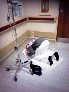 I ask you by Allah, when you see pics like these, do you love prayer. Muslim Images, Islamic Images, Islamic Pictures, Beautiful Dua, Beautiful Muslim Women, Islamic Prayer, Islamic Qoutes, Best Couple Quotes, What Is Islam