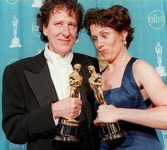 IlPost - 1997 - Geoffrey Rush, Shine. Nella foto, Rush con Frances McDormand, Miglior attrice per Fargo. (KIM KULISH/AFP/Getty Images)