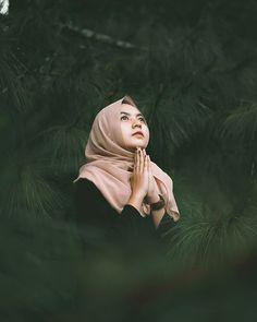 Quran Quotes Inspirational, Ootd Hijab, Cute Girl Photo, Beautiful Hijab, Portrait Inspiration, Girl Photos, Lightroom, Cute Girls, Poses