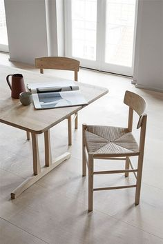 Buy authentic vintage and the best of contemporary design – and give high-quality treasures a second life. Shaker Furniture, Danish Furniture, Classic Furniture, Chair Design, Furniture Design, Dining Chairs, Dining Table, Wooden Chairs, Dining Room