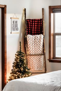 festive flair with this super easy DIY blanket ladder decorated for Chr. some festive flair with this super easy DIY blanket ladder decorated for Chr. Easy Home Decor, Handmade Home Decor, Cheap Home Decor, Easy Diy Room Decor, Handmade Wooden, Rustic Blanket Ladder, Rustic Blankets, Diy Blankets, Ladder With Blankets