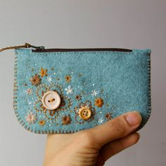Felted Wool Purse Wool felt purse in Oats with colorful blossom embroidery. Lined with lovely wool felt on the inside. Handmade in great detail with love in a loving pet-free smoke-free environment. Diy Coin Purse, Small Coin Purse, Felt Purse, Coin Purses, Felt Pouch, Coin Wallet, Felt Embroidery, Felt Applique, Felt Diy