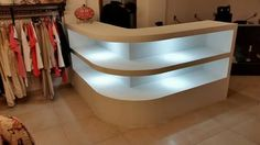 Mostrador iluminado Reception Table Design, Dressing Chair, Stationary Shop, Portable Bar, Shop Interiors, Display Shelves, Home Decor Furniture, Store Design, Outfit Store