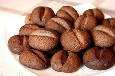 Dacă doriți să vă impresionați oaspeții, atunci încercați neapărat această rețetă de fursecuri în formă de boabe de cafea. Aceste fursecuri sunt delicioase, cu aromă și gust de cafea, sunt foarte mici, cât o vișină, crocante și ideale pentru cafeaua de dimineață. Foarte simplu și ușor puteți crea un desert atrăgător și original care îi …