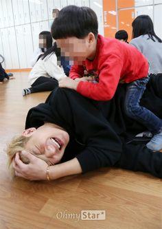 ~EXO: Tao~ Hot men who are good with kids are my weakness. Kyungsoo, Chanyeol, Rapper, Kung Fu Panda 3, Tao Exo, Huang Zi Tao, I Still Love Him, Exo Korean, Kim Minseok