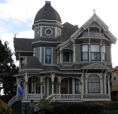 Old Victorian Homes... I love them!!!