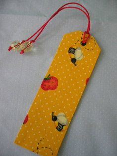 Marcador de página Scrap Fabric Projects, Fabric Scraps, Sewing Projects, Creative Bookmarks, Bookmarks Kids, Bookmark Craft, Christmas Favors, Quilted Gifts, Book Markers