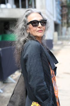 These Ladies Will Inspire You to Let Your Hair Go Grey - Advanced Style Mature Fashion, Over 50 Womens Fashion, Fashion Over 50, Boho Fashion, Fashion Beauty, Fashion Outfits, Fashion Trends, Fashion Spring, Fashion Jewelry