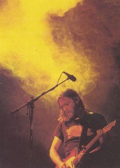 David Gilmour during a live performance while touring with Pink Floyd, United Kingdom, photographer unknown. Axl Rose, Bob Marley, David Gilmour Pink Floyd, Pink Floyd Art, Classic Blues, Richard Wright, Psychedelic Music, Roger Waters, Music Pics