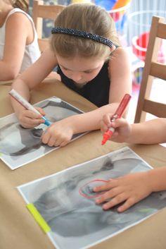 As crianças vão desenhar em uma transparência sobre a própria foto: elas podem contornar o rosto, decorar ou alterar suas imagens como quiserem (foto: Meri Cherry)