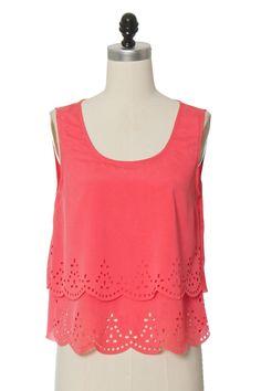 comprei uma blusa muito parecida com essa na marisa (loja online), só que os babados iam até em cima e ela era rosa bb. recebi vários elogios! ameei! :)