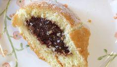 De Ana Lucia Garcez de Souza  Vai precisar de...  100g de manteiga 1 gema 50 g de açúcar refinado 200g de farinha de trigo menos 1 colher de sopa  1- Separe 200g da farinha de trigo e retire 1 colher de sopa. 2- Pré aqueça o forno a 180 graus. 3- Misture a manteiga com o açúcar, a gema e