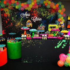 Fiesta de 15 años tema Neón party Disco Birthday Party, Neon Birthday, 13th Birthday Parties, Birthday Party For Teens, Birthday Party Themes, 15th Birthday, Glow In Dark Party, Glow Party, Neon Party Decorations