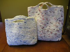 Have you always wanted to try to crochet a bag from recycled plastic bags? This pattern will teach you how to make PLARN (plastic yarn) and how to create a bag that will impress many. Reuse Plastic Bags, Plastic Bag Crafts, Plastic Bag Crochet, Plastic Grocery Bags, Crochet Bags, Peg Loom, Yarn Bag, Upcycled Crafts, Yarn Projects