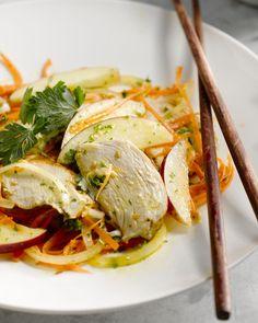 Een heerlijk lichte bereiding met kip in een Oosterse marinade en een herfstige salade met wortel en appel erbij. Lekker met rijst of couscous.