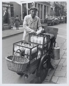 :::::::: Vintage Photograph :::::::: Melkboer, Milkman in old Amsterdam. Vintage Pictures, Old Pictures, Old Photos, Festival Biarritz, Holland, Black White Photos, Black And White, La Haye, Foto Madrid