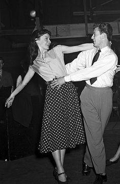 """Audrey Hepburn y Michael Allan durante el rodaje de """"Secret People"""", 1952"""