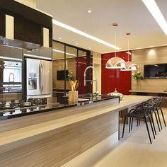 Cozinha com destaque para o painel em Vermelho-Cereja, trazendo cor para o ambiente . Projeto @patyfranco72 e @claudia_pimenta