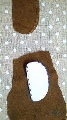 Опишу процесс создания обувки для кукол. Знаю, что готовые выкройки нужно подгонять под ножку. А у всех кукол текстильных, даже по одной выкройке получаются ножки разные. Метод довольно простой. Нам понадобится: кожа или толстый картон для подошвы; дублерин или плотная ткань для стельки и уплотнения деталей выкройки; клей прозрачный; замша, кожа или пл…