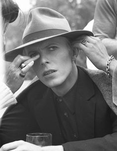 On-set images from Nicolas Roeg's 1976 film – David Bowie on backstage of 'The Man Who Fell to Earth'. Ziggy Stardust, Lady Stardust, Composition Photo, Mayor Tom, The Thin White Duke, David James, James Dean, Our Lady, Playing Guitar