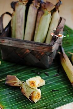 A popular roll in Malay cuisine of Indonesia and Malaysia as well as Peranakan or Nyonya cuisine. Asian Snacks, Asian Desserts, Asian Recipes, Asian Foods, Yummy Recipes, Indonesian Desserts, Indonesian Cuisine, Vietnamese Cuisine, Malaysian Dessert