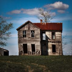 rodney harvey abandoned house - how is that still standing? Old Abandoned Buildings, Abandoned Mansions, Old Buildings, Abandoned Places, Old Farm Houses, Old Barns, Haunted Places, Architecture, Building A House