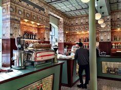 Falou Milão, pensou design. Falou Prada, pensou luxo. Então, não é a toa que a visita ao Cafe Bar Luce  é imperdível. Projeto de Wes Anders...