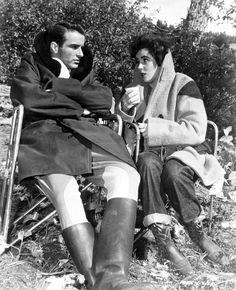 Descanso en el rodaje de UN LUGAR EN EL SOL. Monty y Liz protegiéndose del frío