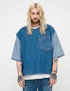 T-shirt Yard666sale, jeans e braccialetti vintage.