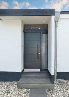 Simple gray front door with a side panel and light band. Lange Griffstange &… Simple gray front door with a side panel and light band. Modern Entrance Door, Modern Exterior Doors, Modern Front Door, House Entrance, Entrance Doors, Garage Door Design, Main Door Design, House Front Design, Garage Doors