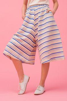 Früher ein Hosenrock, heute Culottes: Der Mix aus Hose und Rock erlebt unter seiner neuen Bezeichnung ein modisches Comeback.Kostenlose Anleitung auf unserer Webseite.