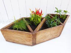 Descripción: estructura soportante en terciado, 4 espacios para plantas y hierbas. Medidas: 65 x 30 x 23 cm (largo x ancho x altura)