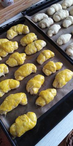 Syrové rožky z kyslej smotany (fotorecept) - Recept Pretzel Bites, Bread, Food, Basket, Brot, Essen, Baking, Meals, Breads
