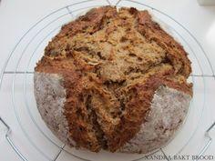 Met dank aan Kookpot62 voor de tips en het delen van dit overheerlijke broodrecept. Ik heb wel wat kleine, persoonlijke aanpassingen aangebracht. Dit brood wordt niet met gist of zuurdesem gebakken, maar met een ander rijsmiddel namelijk bakpoeder. Daarom hoeft dit deeg niet eerst te rijzen voordat het in de oven gebakken wordt. Dus kun …
