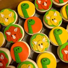 Dinosaur cupcakes with marshmallow fondant toppers #decoratedcupcakes #fondanttoppers