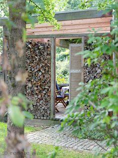 Holzlege als Sichtschutz für die Terrasse