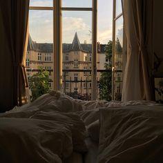De overnattende gæster får lejlighedens bedste udsigt 🌳🌿🌺☀️#mysummerwindow view balcony trees green bed curtains