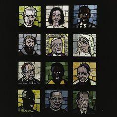 Interieur glas in betonvenster van Daan Wildschut, afbeeldingen van moderne heiligen uit de jaren zestig Stained Glass Panels, Glass Etching, Cut Glass, Windows, Body Parts, Ramen, Masks, Painting, Image