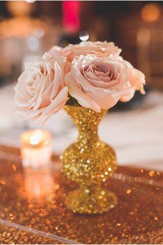 centre de table mariage réalisé avec paillettes dorées #paillettes #glitter http://www.instemporel.com/s/3531_63221_paillette-decoration-table-mariage
