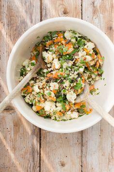Gebackener Salat mit Tahin-Dressing und Datteln