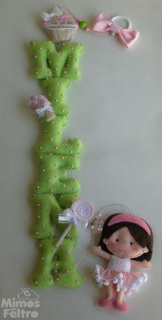 Pingente com o nome da menina, decorado com pedrinhas de acrílico e docinhos em feltro. Na ponta, uma boneca com as características da menina que receberá a peça. Consulte!  *Cada letra mede cerca de 10cm de altura.