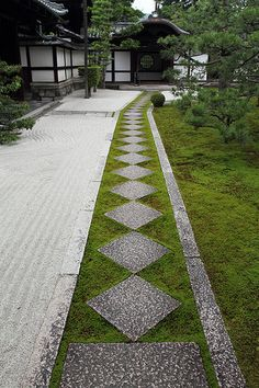 The Zen garden in Ryousokuin temple in Kenninji, Japan, Kyoto A simple color palette where texture and form, particularly negative space are very important. Japanese Garden Design, Chinese Garden, Japanese Gardens, Japan Garden, Kyoto Garden, Temple Gardens, Japanese Temple, Zen Style, Japanese Modern