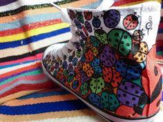 zapatillas tipo converse pintadas con mariquitas
